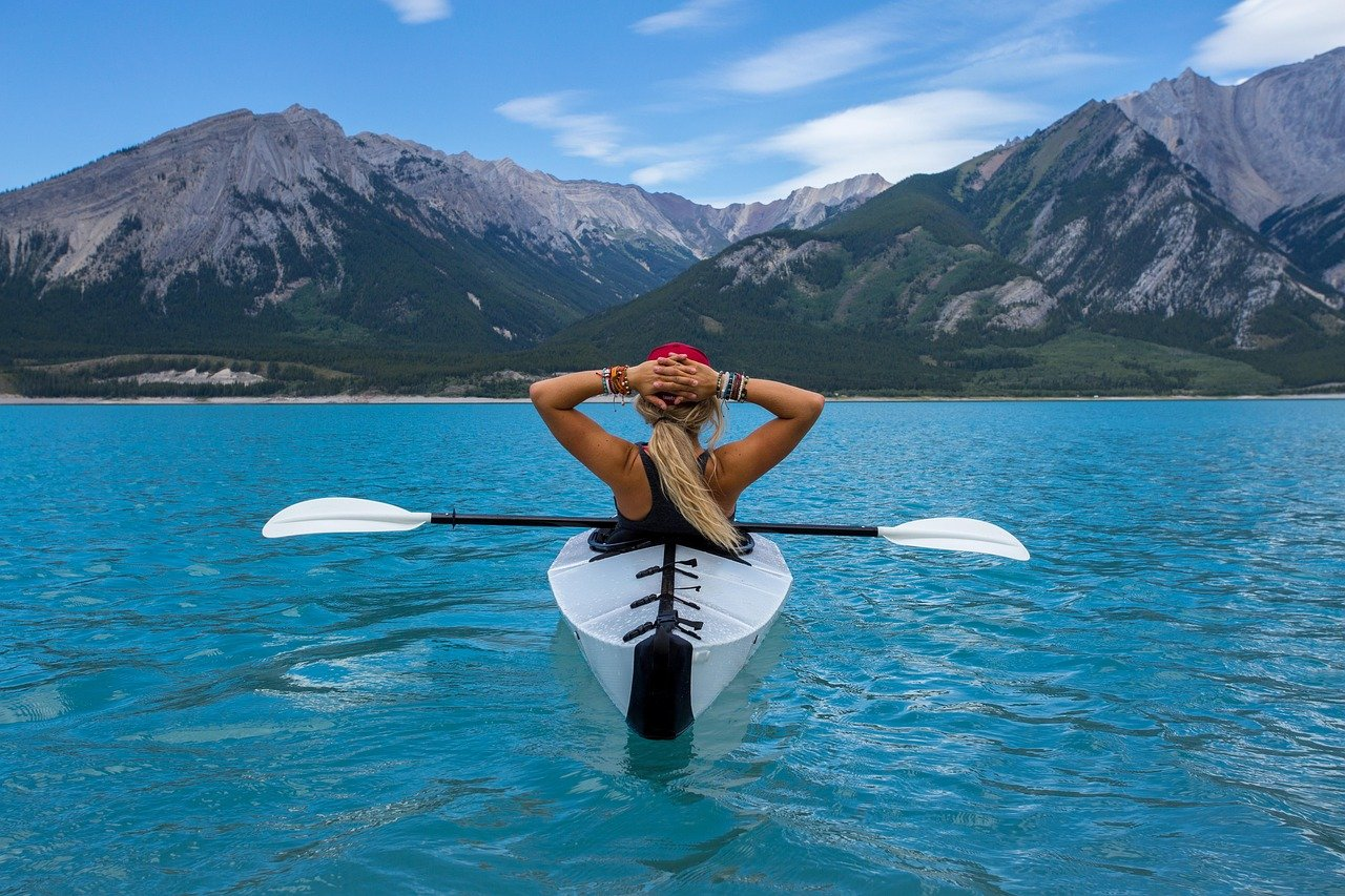 femme qui fait du kayak en sport d'été